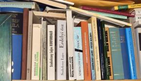 Szakolczay Lajos kötetei a polcán
