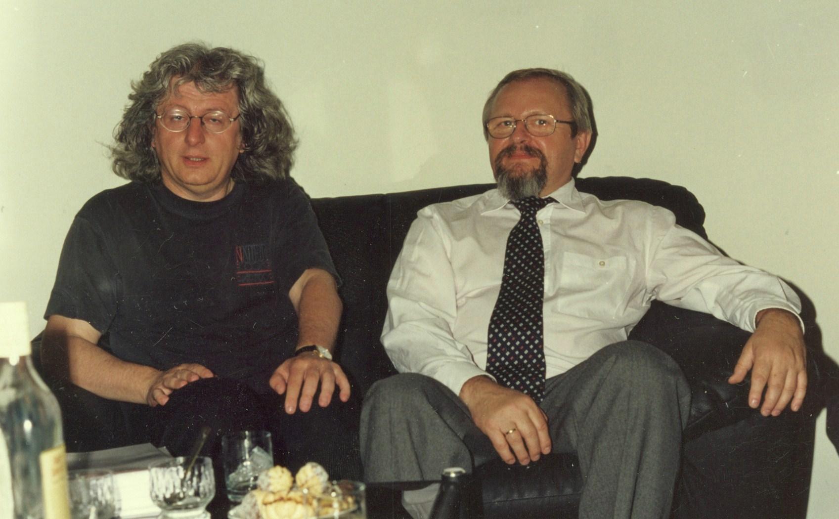 Bocsátom rendelkezésre ezt a képet, mert különben csak magamnak marad: igazgatója voltam a Szófiai Magyar Kulturális Intézetnek, midőn Esterházy Pétert 2000-ben meghívhattam bolgárul szinte egyszerre megjelenő három könyvének közös - több helyszínes - bemutatójára. A könyveket hárman fordították, előtte kötet Esterházytól Bulgáriában nem jelent meg, írásaiból csak lapközlések adtak addig ízelítőt. Így is volt már híre-neve. A Napútban közölt szövegcsokor kérdésekre adott válaszainak általa autorizált gyűjtése. Jobbára literátorok s egyetemisták adták az eleven légkörű találkozók közönségét. Péter kimondottan élvezte az együttléteket, a bulgáriai napokat. Másként nyílt meg az utak során előttem is - még a direktori bőrkanapé (a képen) matt komorságában is. (Szondi György)