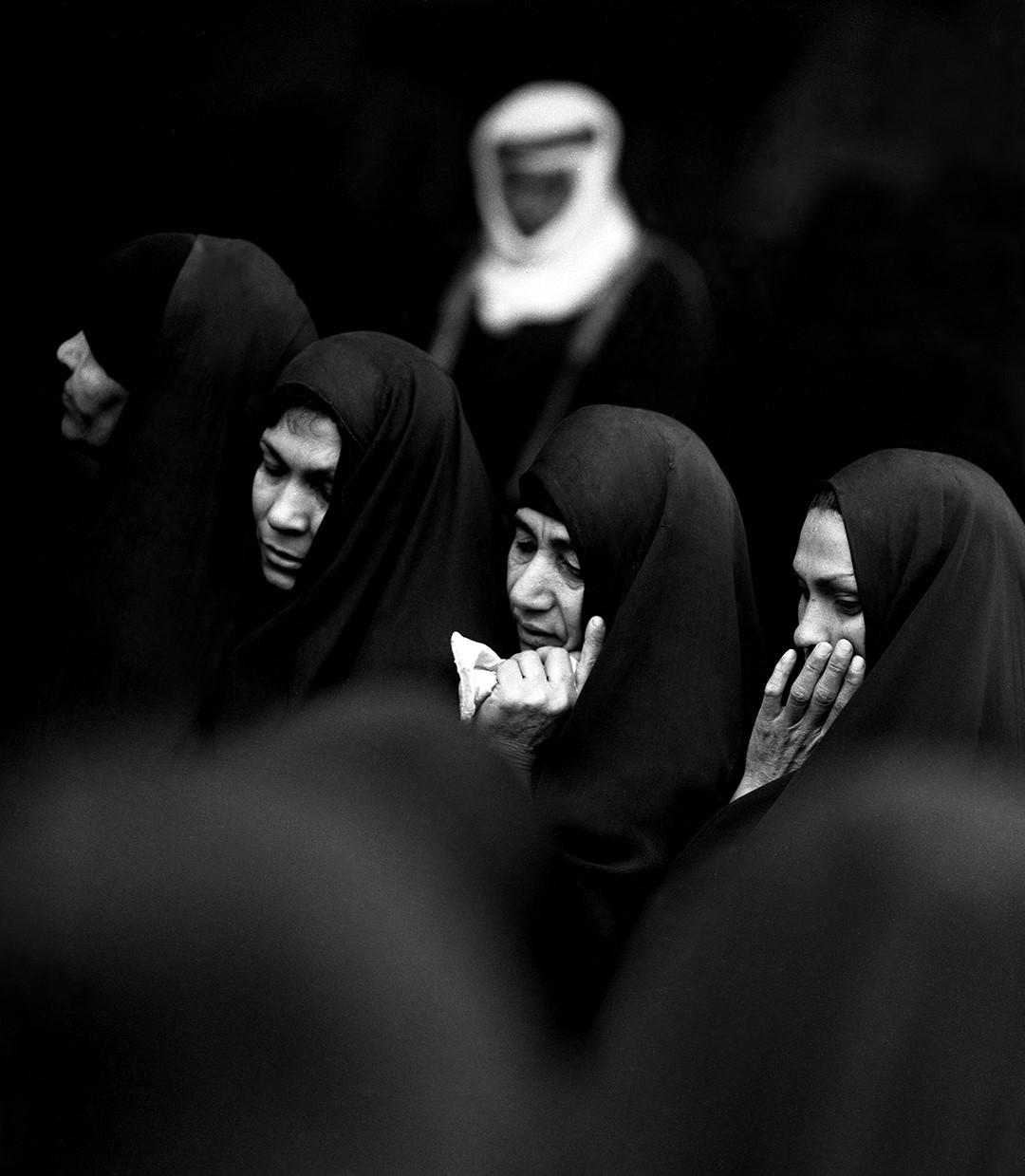 Eifert János: Iraki asszonyok / Women from Iraque (Bagdad, 1975. január) Asszonyok az Aranymecset előtt Pentacon Six TTL fényképezőgép, Olimpia Sonnar 180/2,8 teleobjektív, ORWO NP 20 f-f negatív film